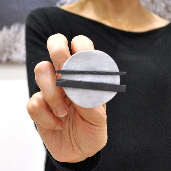 spilla contemporanea in alluminio e ardesia
